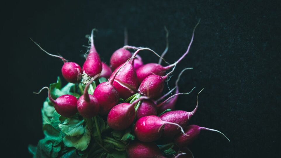 The picture shows a bunch of radishes.